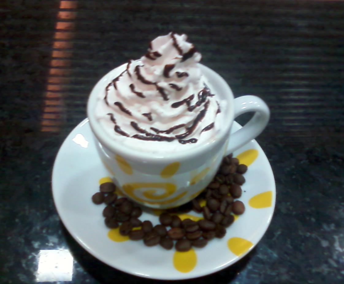 Drinks cafeinados e um saboroso cappuccino fazem sucesso na Sergios Cafeteria
