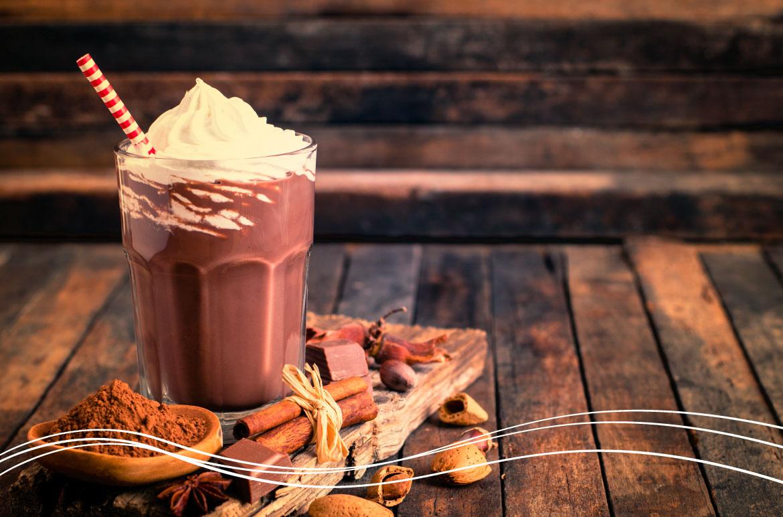 copo de café com chocolate e chantilly