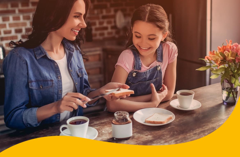 mesa de café da manhã com mãe e criança